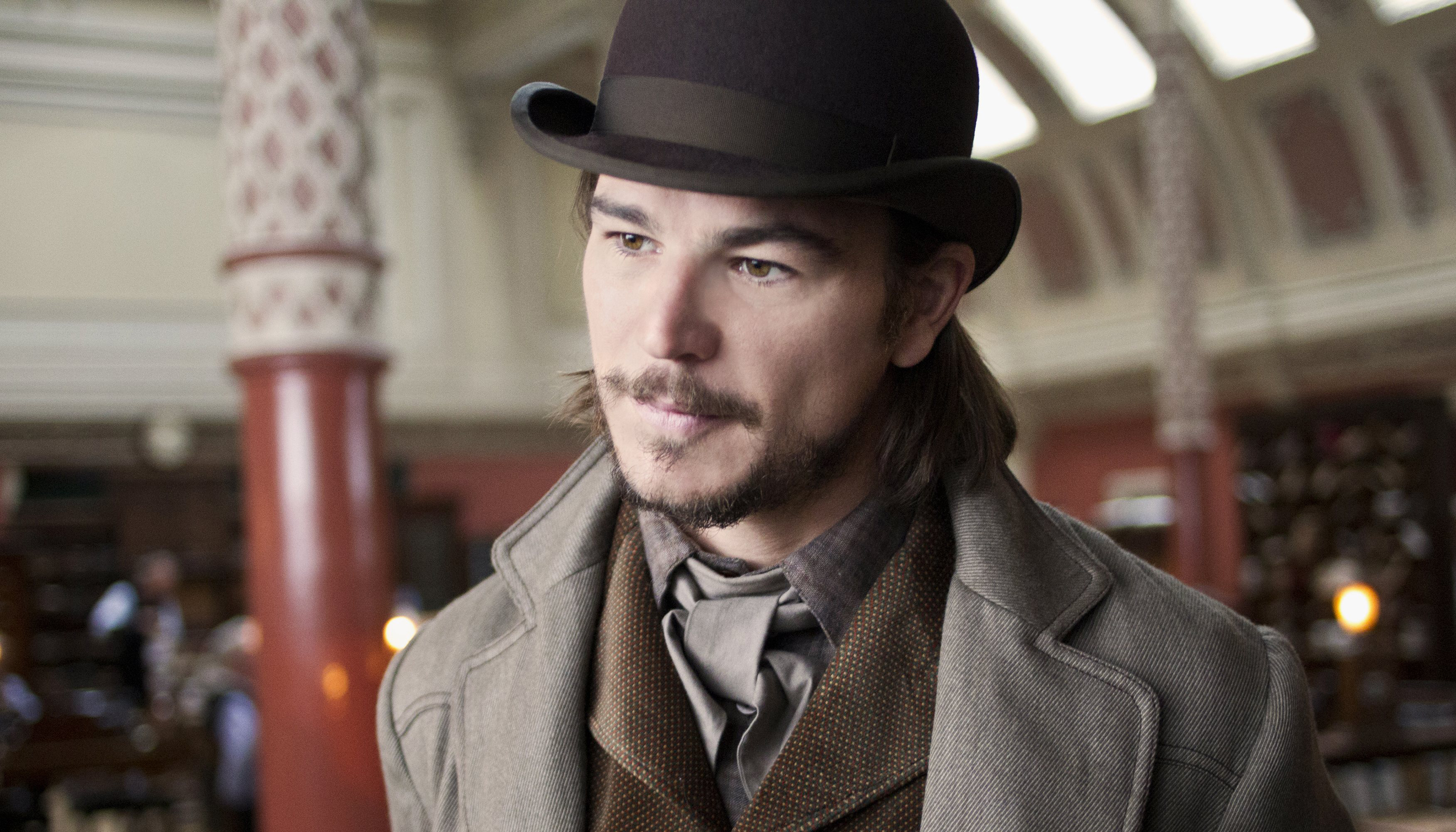Josh Hartnett naked and showing off his butt in the Showtime series Penny Dreadful.